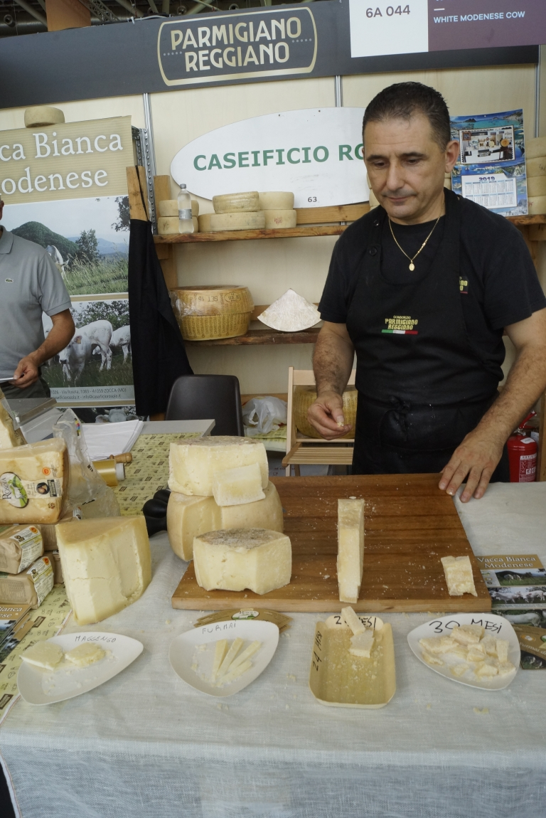 Presidium Parmigiano Reggiano made of the Vacca Bianca Modenese by Caseificio Rosola